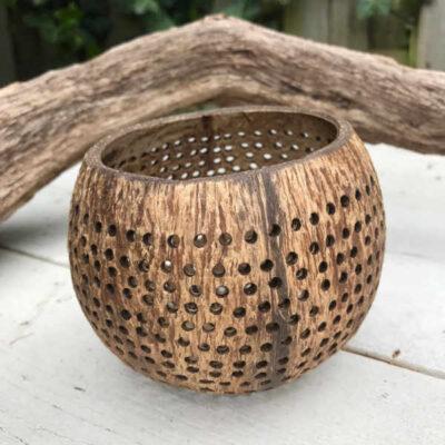kokosnoot waxinehouder met kleine gaten
